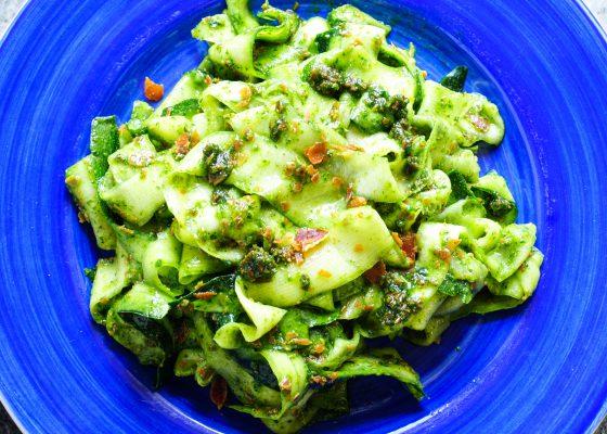 Zucchininudlar med pesto (AIP, nötfri, paleo)
