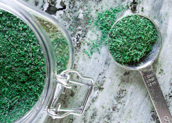 Därför ska du plocka nyttiga nässlor – tips till mat, dryck, hud och trädgård